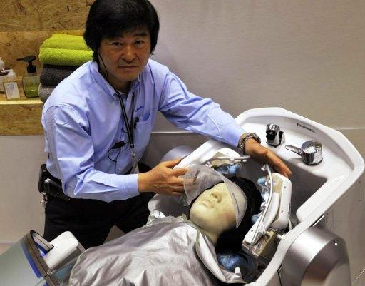 Panasonic exhibe robot para el lavado de cabello