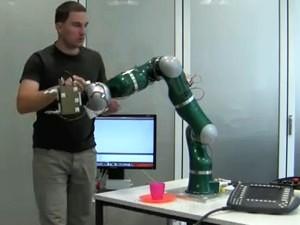 Un brazo de robot hecho con piel artificial